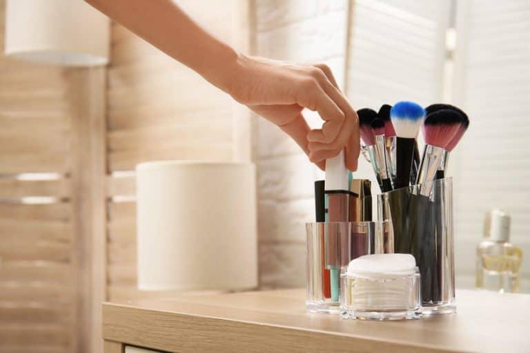 Imagem de pincéis e maquiagens.