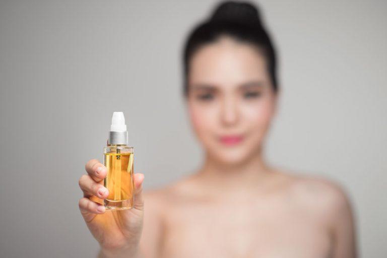 Muestra de aceite para cabello en envase de vidrio