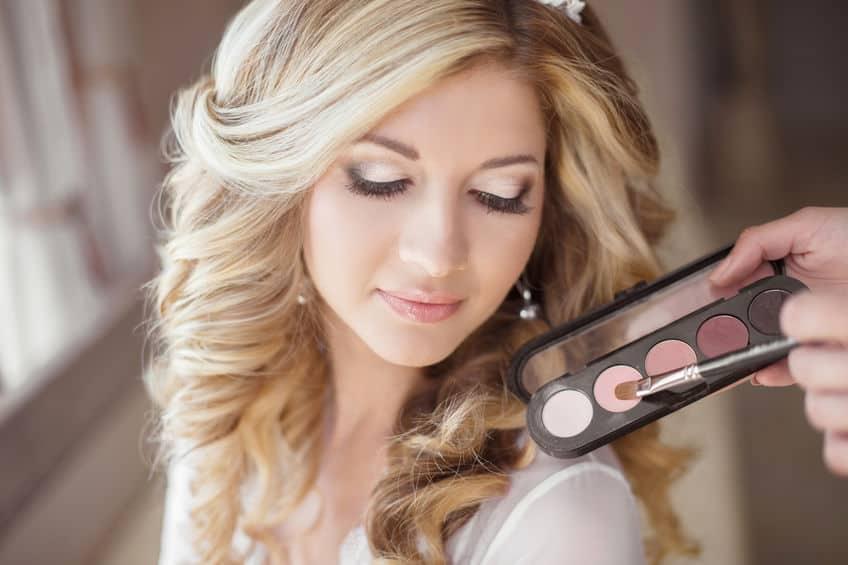 Imagem de mulher sendo maquiada.