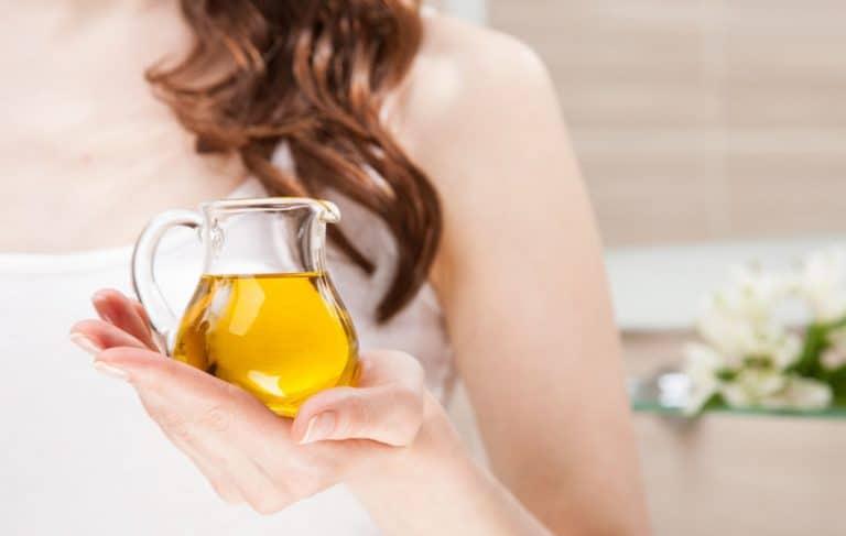 holding a oil jar