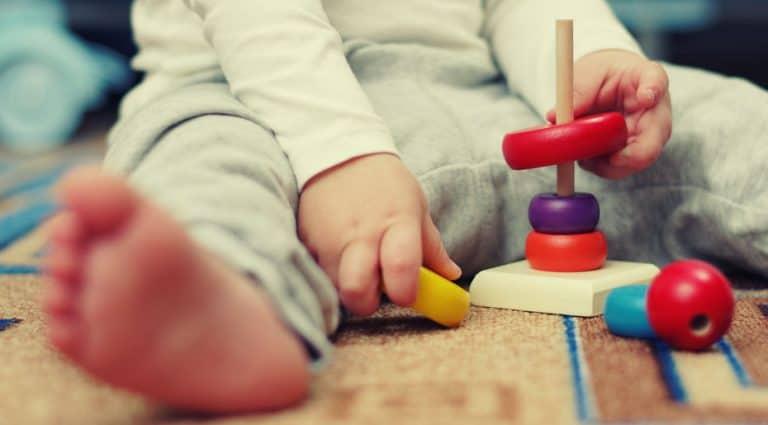 Bebê brincando com peças de montar.