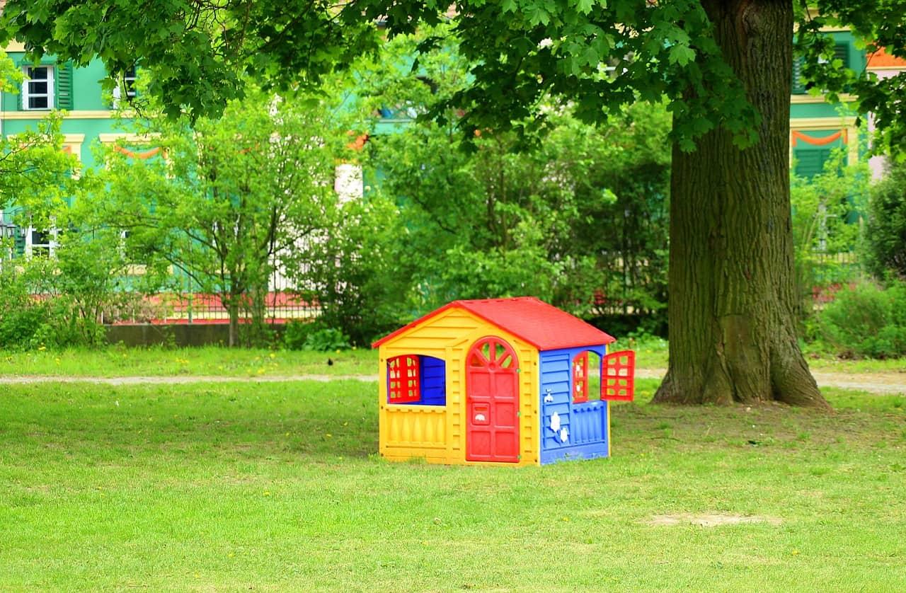 Casinha colorida de plástico no quintal.