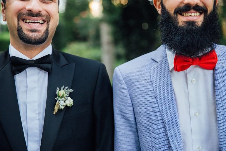 Dois homens com gravata borboleta.