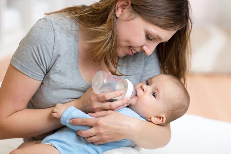Imagem de mãe alimentando bebê.