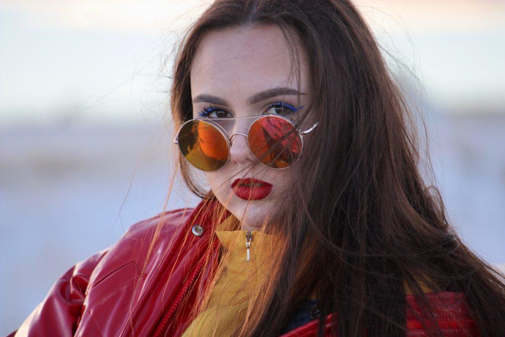 garota de óculos vermelho
