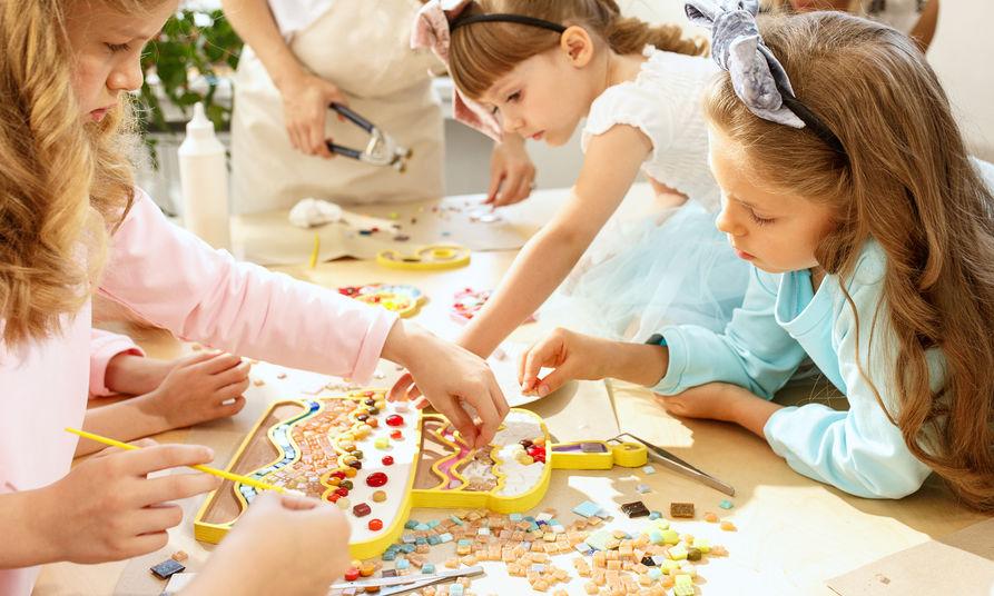crianças fazendo um quebra-cabeça