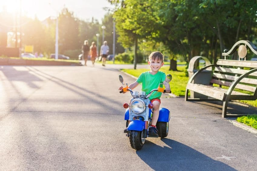 Menino andando com moto.