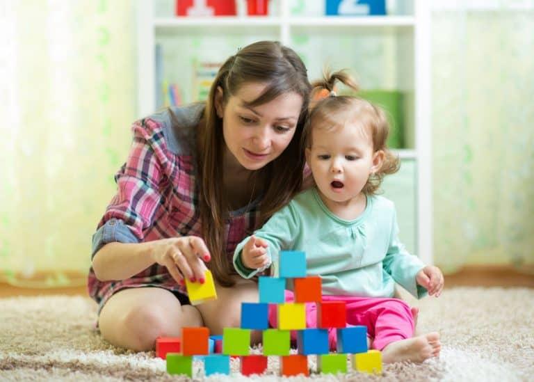 Mãe e filha montando peças.