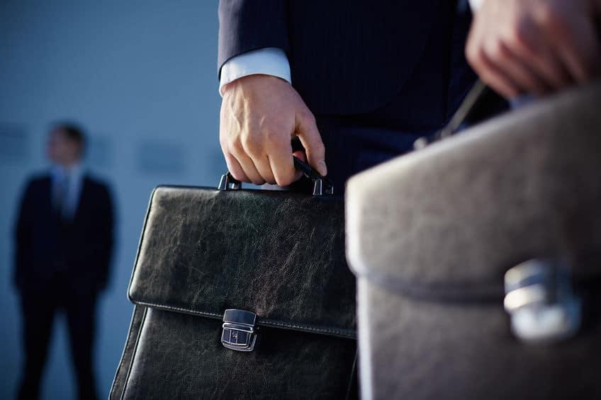 Homem com maleta preta.