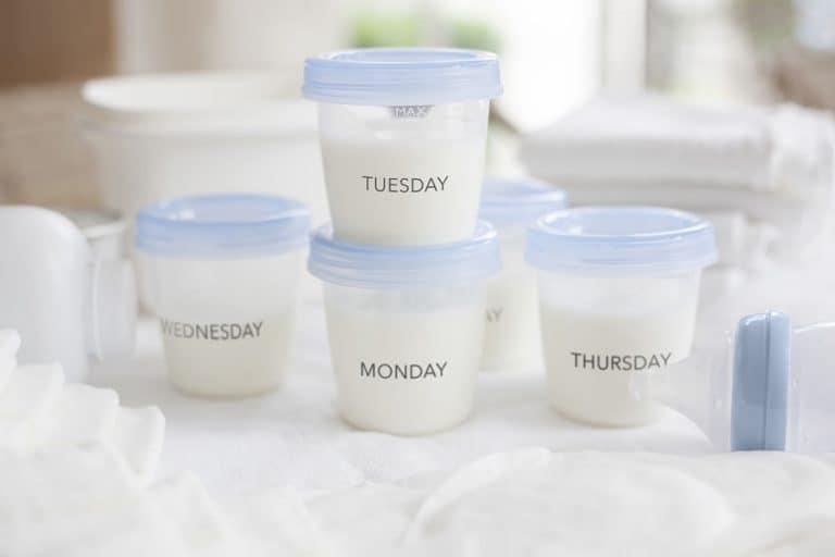 Potes de leite materno com o dia da semana escrito na frente.