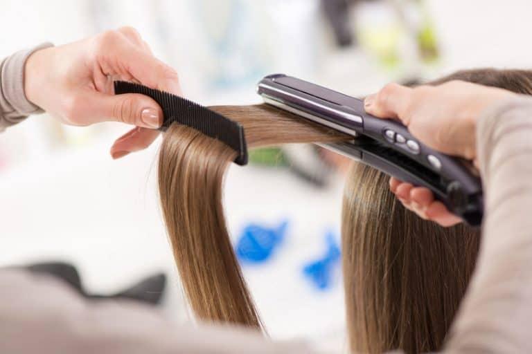 Passando prancha no cabelo.